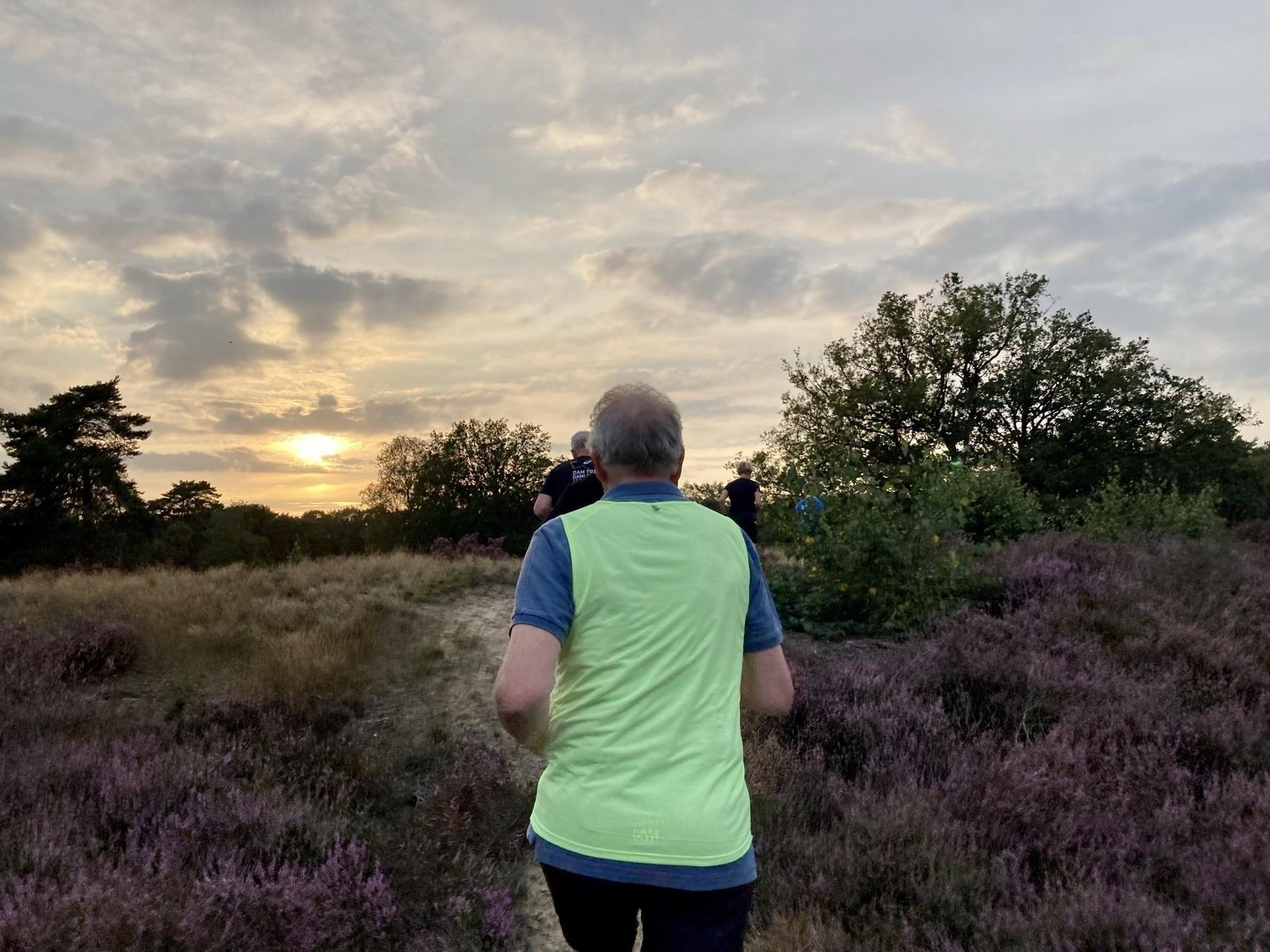 Hardlopen tegen zonsondergang in de zomer.